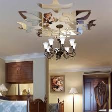 Trang trí trần phòng khách với gương dán tường độc đáo.